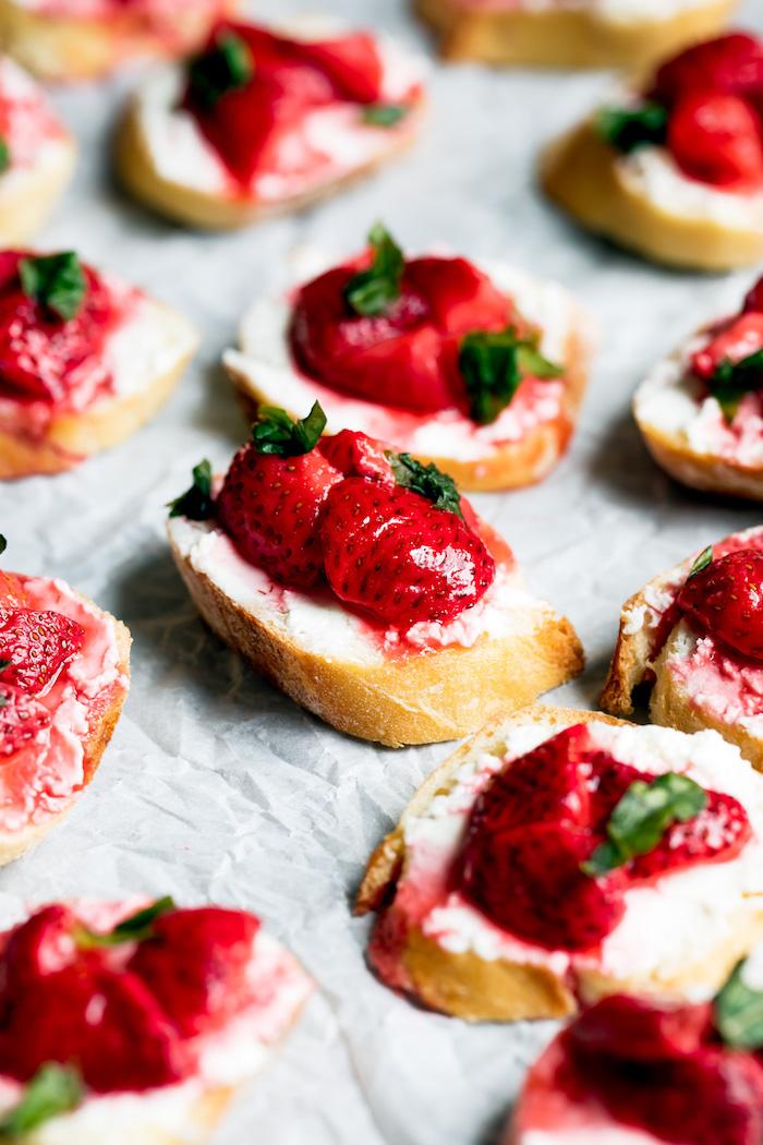 Einfache und schnelle Party Häppchen, mini Brotscheiben mit Butter und Erdbeermarmelade