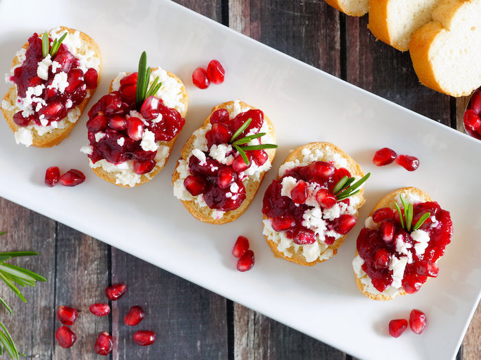 Rezepte füe leckeres Party Essen, Mini Brotscheiben mit Käse und Granatapfel