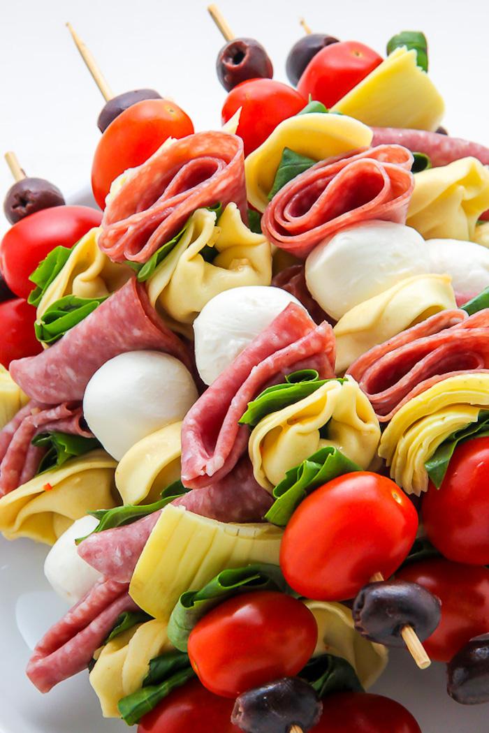 Fingerfood Spieße lecker und farbenfroh, Oliven Cherry Tomaten Käse Salami und Mozzarella