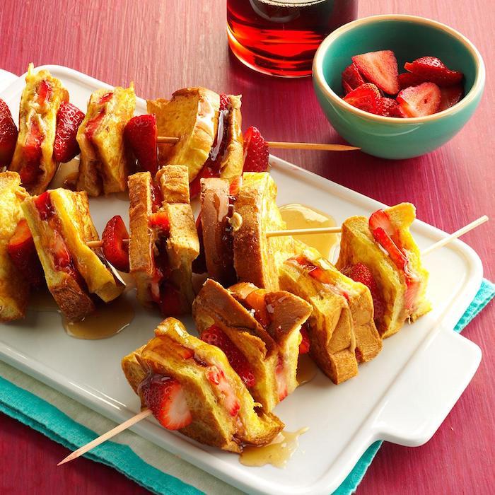 Fingerfood Spieße, French Toasts mit frischen Erdbeeren und Honig, leckeres Essen für Party