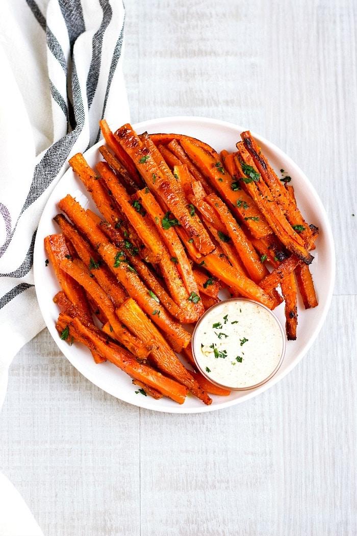 Vegetarisches Fingerfood Ideen, gegrillte Karotten mit Petersilie und weißer Soße