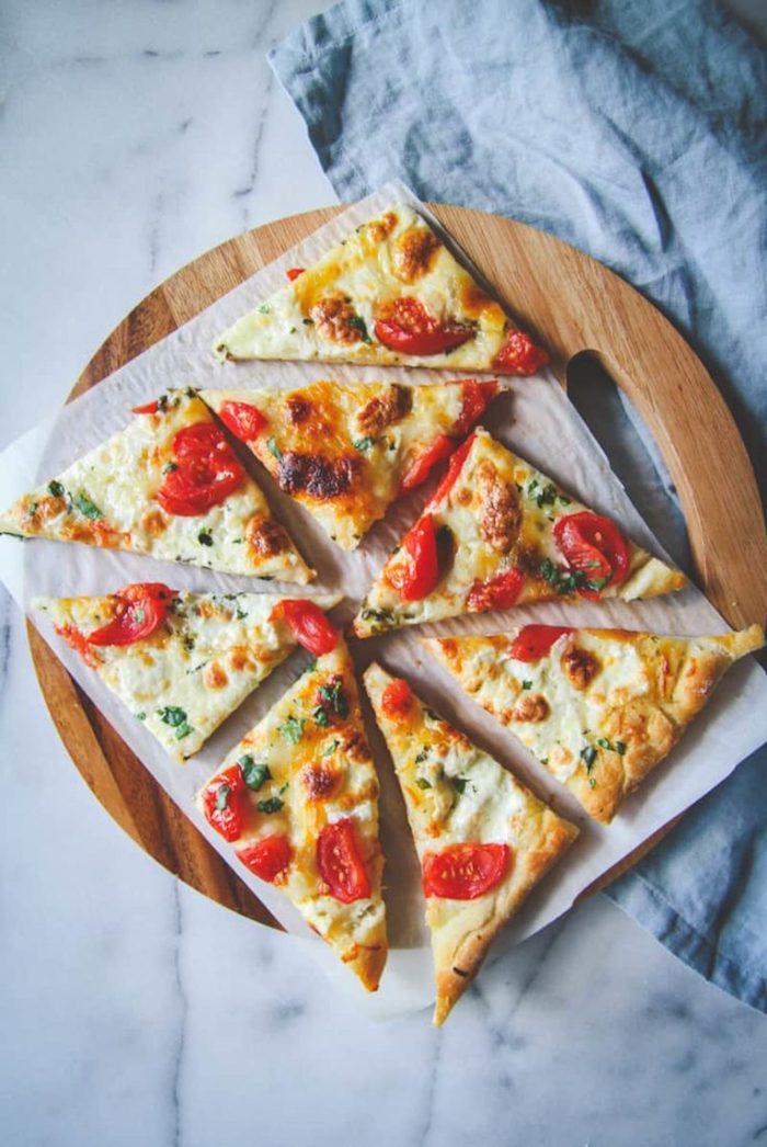Vegetarische Rezepte für Party, Pizza mit Käse und Cherry Tomaten, leckeres Party Essen