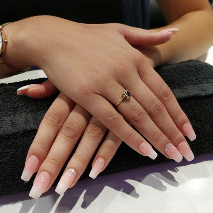 nagelformen trends, ganz einfaches und dezentes design von nägeln, ring am ringfinder, hautfarbe nagellack
