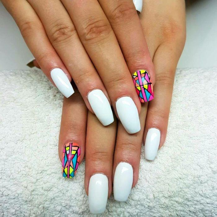 nägel formen, mittellang bis lang mandelform mit gestumpfter spitze, weiße nägel mit buntem nagel deko