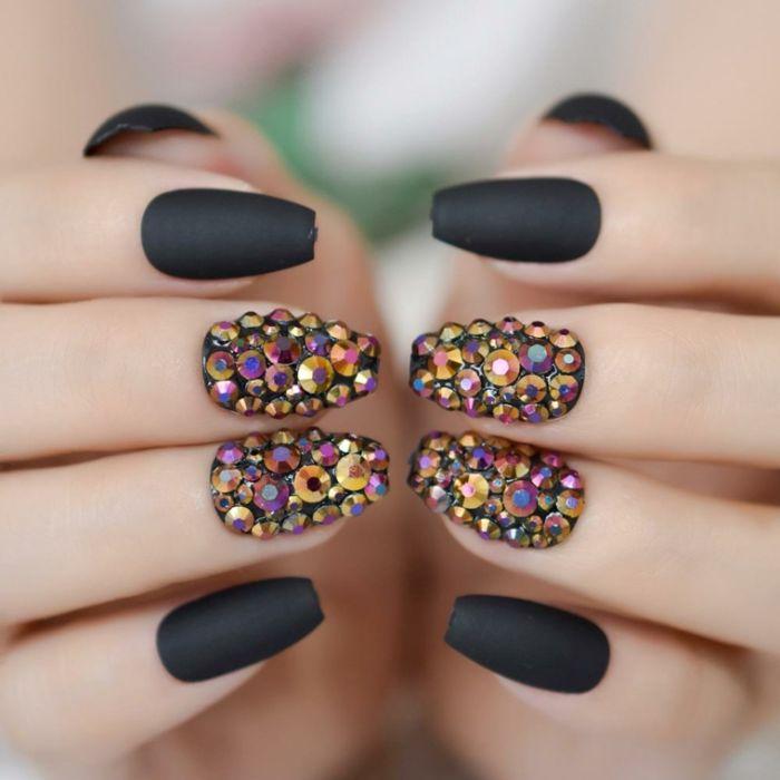 ballerina nails, schwarz lackierte nägel, perlen bunt, schwarz matt bei mittellangen nägeln