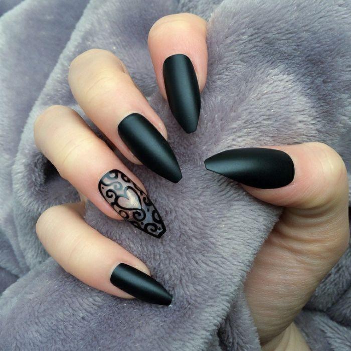 ballerina nails, schwarz und transparent, nagellack und design mit einem herzchen am ringfinger