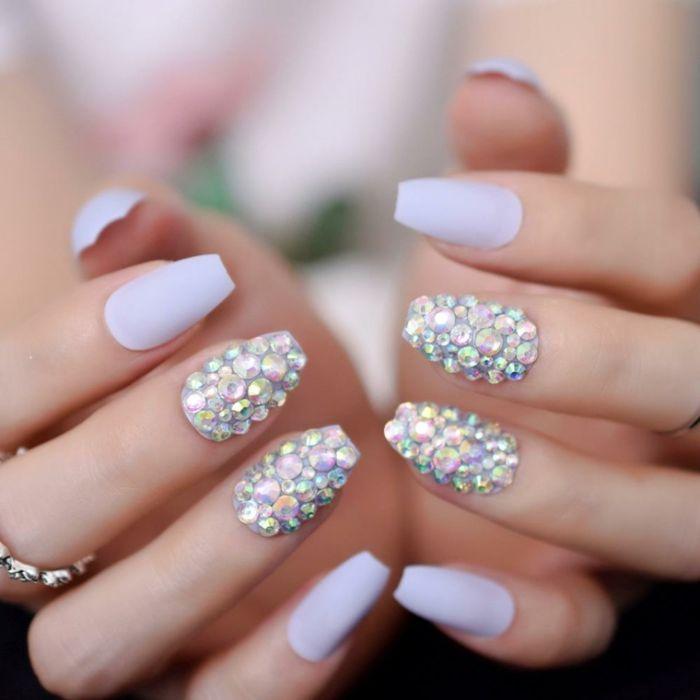 ballerina nails, mittellange maniküre in heller farbnuance und viele perlen, ring am finger
