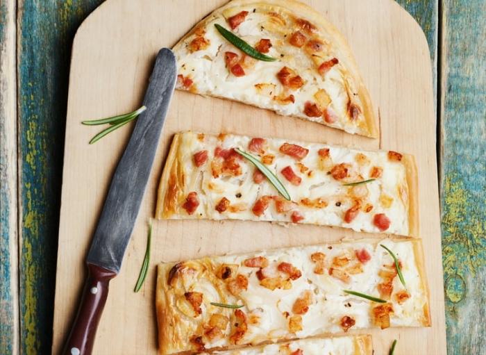 flammkuchen ohne hefe, langes messer, dünne pizza, partyessen ideen, tarte flambee
