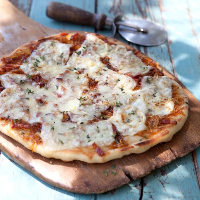 flammkuchen ohne hefe, belag mit fleisch, tomatensoße und käse, tarte flambee rezept