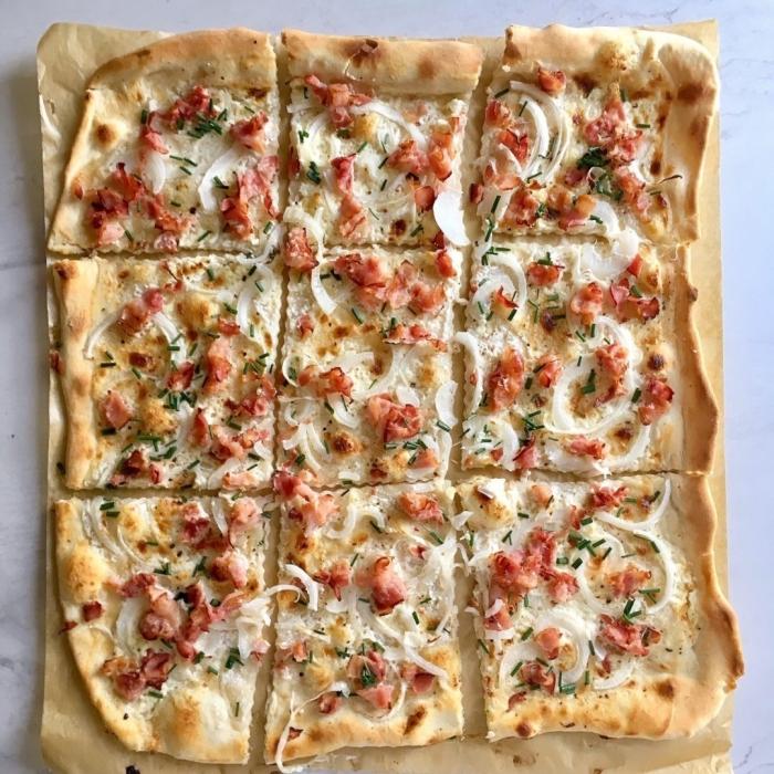 flammkuchen ohne hefe, partyessen ideen, tarte flambee mit traditionellen zutaten, pizza