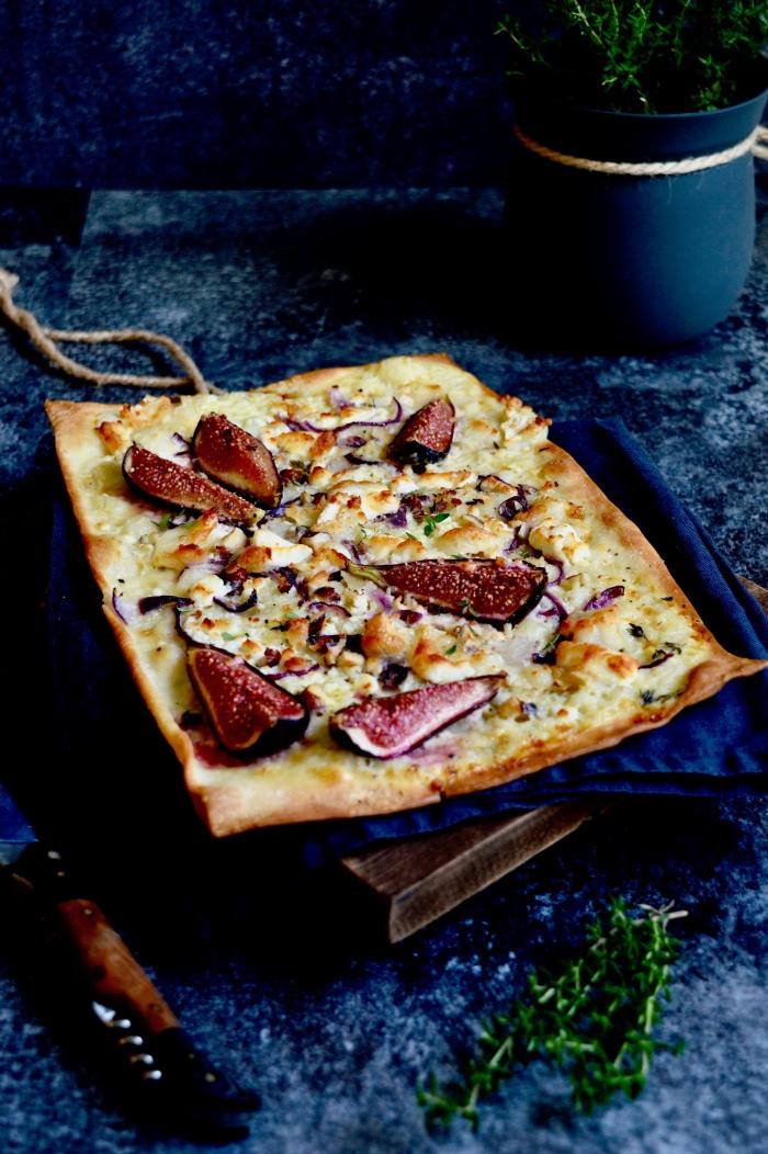 flammkuchen rezept, tarte flombee mit creme fraiche, haselnüssen, honig, käse und rote zweibel