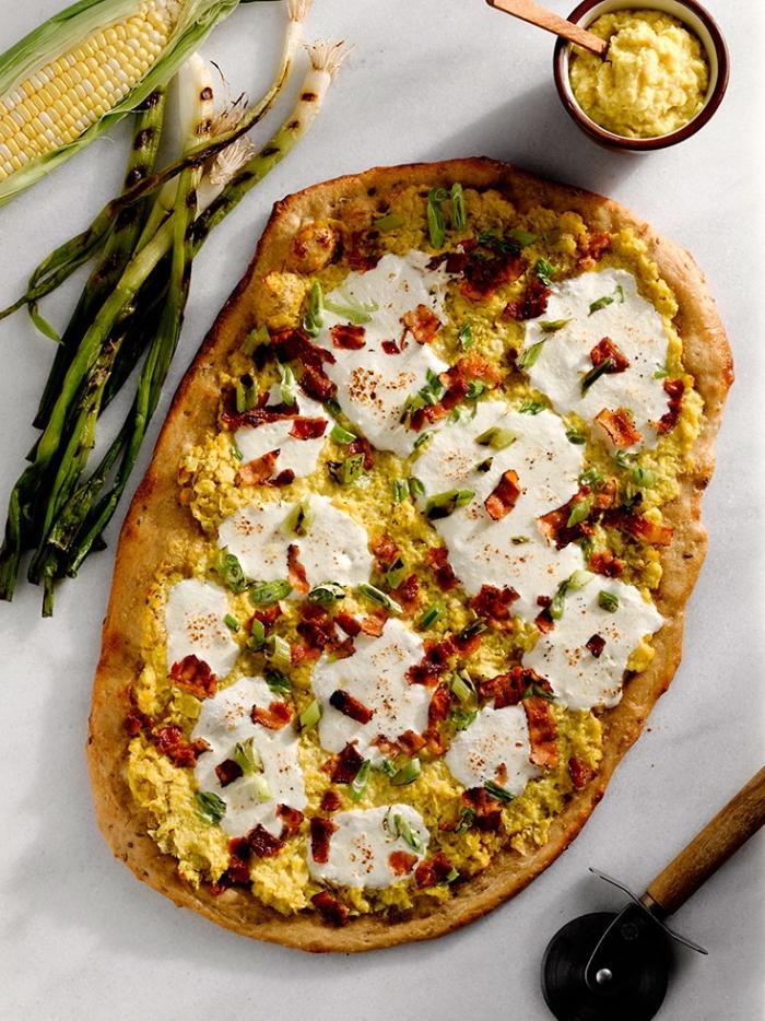 flammkuchen rezept mit mozzarella, eiern und bakon, gegrillte frühlingzwiebel, tarte flambee ideen