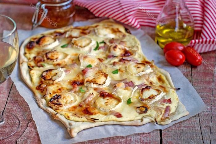 flammkuchen selber machen, dünner teig, pizza mit pilzen, zwiebel und bacon, cherry tomaten, glas wein