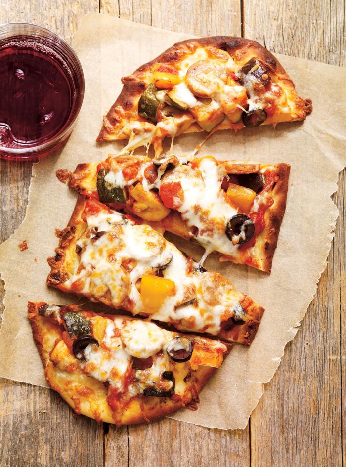 flammkuchen selber machen, pizza mit käse, mozzarella, oliven und cherry tomaten, glas wein