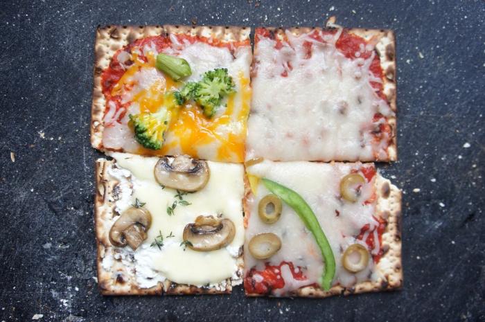 flammkuchen selber machen, verschiedene varianten, belag mit brokkoli, ei, käse und tomatensoße