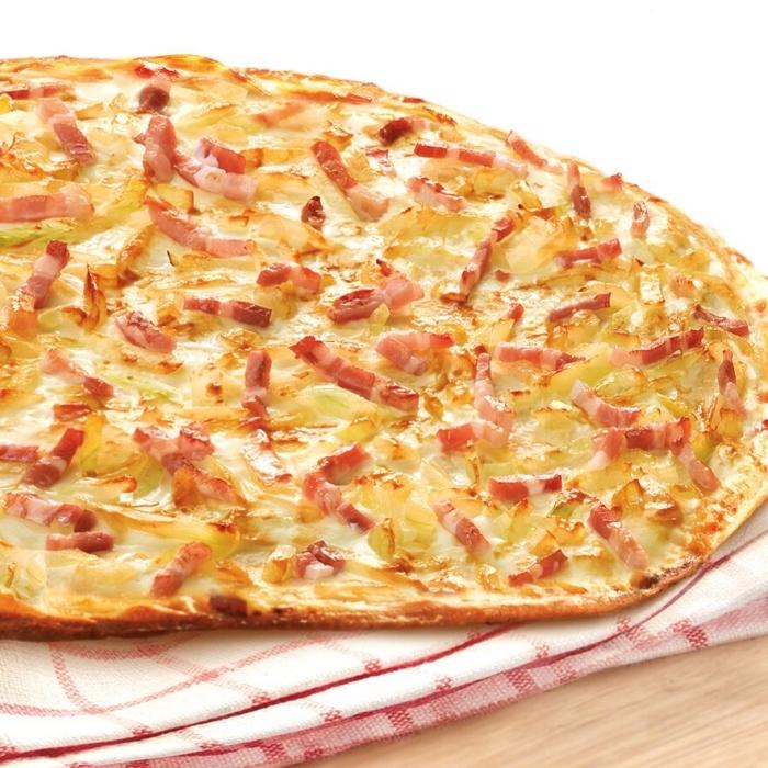 flammkuchenteig selber machen, dünne pizza, tarte flambee, teig ohne hefe, belag mit zwiebel, käse und schinken