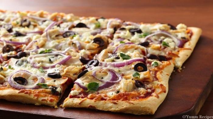 flammkuchenteig selber machen, flammkuchen rezept ohne hefe, belag mit oliven, roter zwiebel, begetarisch