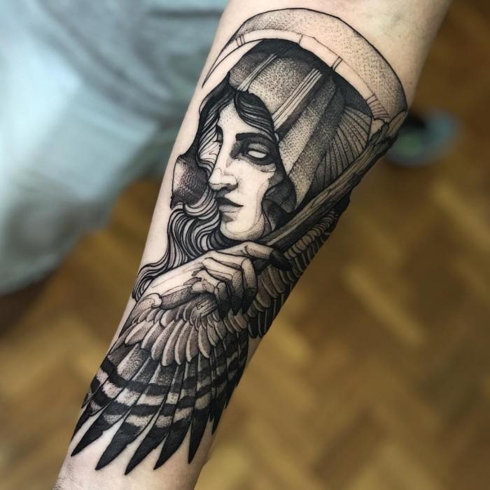 flügel tattoo arm, frau mit engelsflügeln, blackwork tätowierung, unterarm tattoo designs, religiöse tätowierung