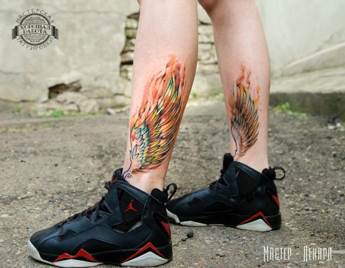 flügel tattoo ideen, farbige tätoweirungen an den beinen, wassenrfarben tattoos, sportschuhe in schwarz und rot