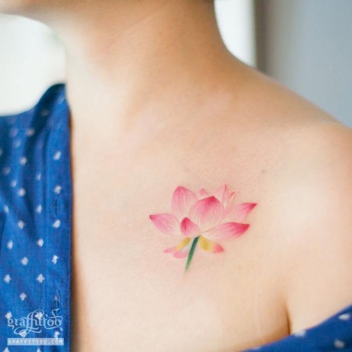 frau mit farbiges lotusblume tattoo, rosa lotus, wasserfarben tätowierung, kleine blume