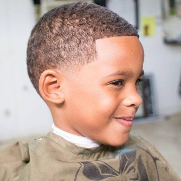 jungs frisuren ideen mit kurzen haaren, schwarze haare mit kleinen locken