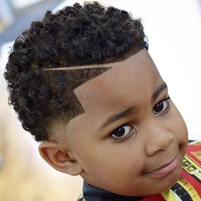 jungs frisuren, perfekte gerade linien, locken in den haaren, große augen