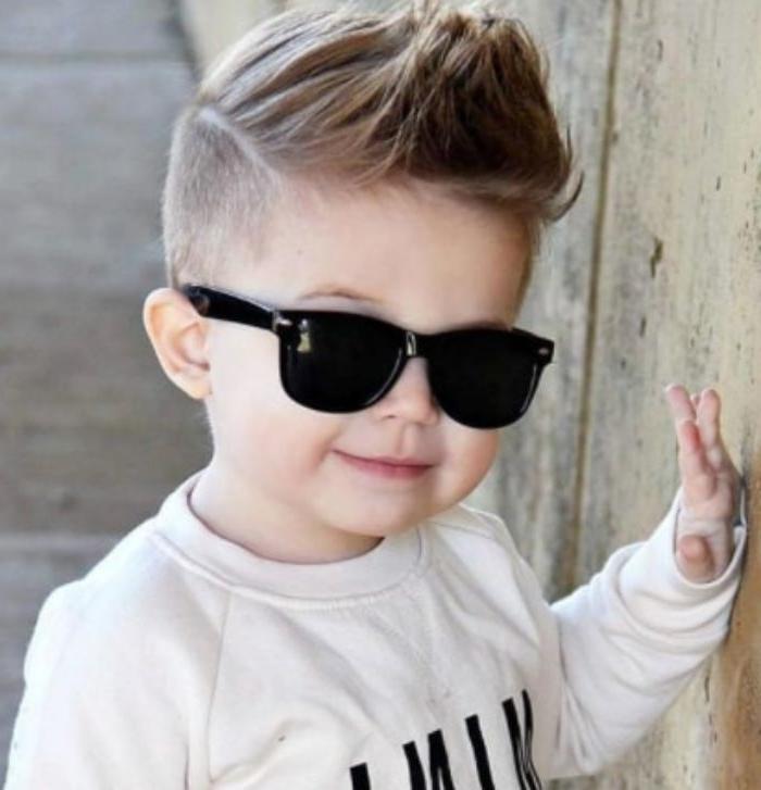 frisuren für jungs kleines kind mit coolem style, brille schwarz, ray ban, haarstyle