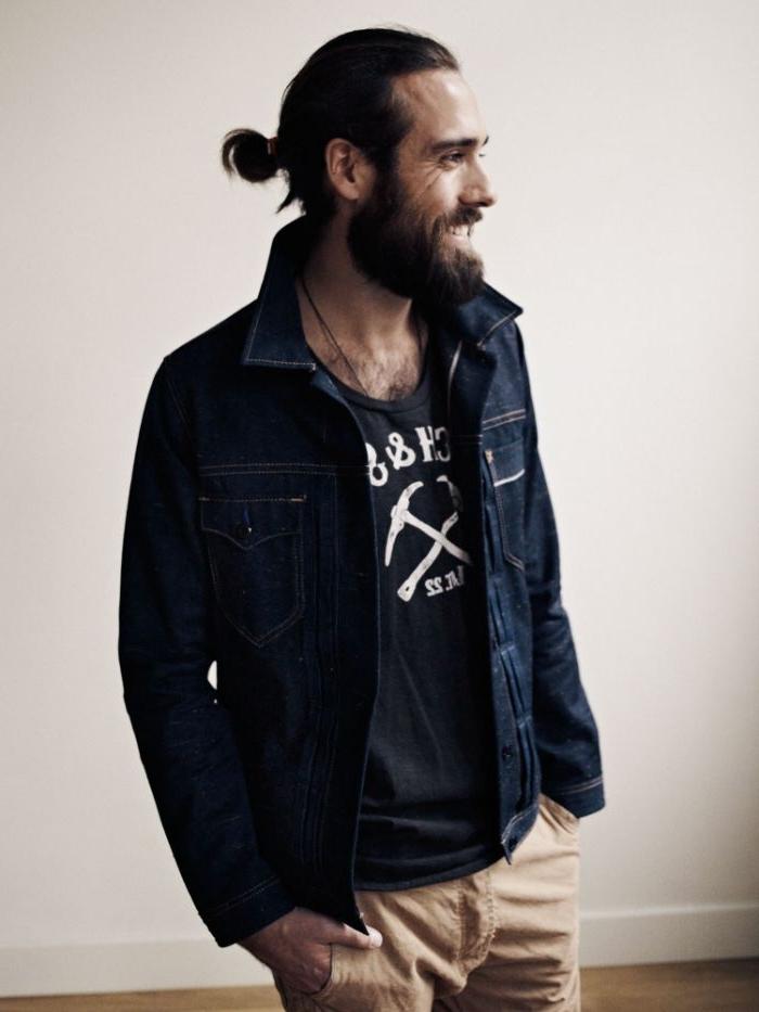 lange haare männer, mann mit einem bun, haare binden, haarfrisuren, männer mit jeansjacke
