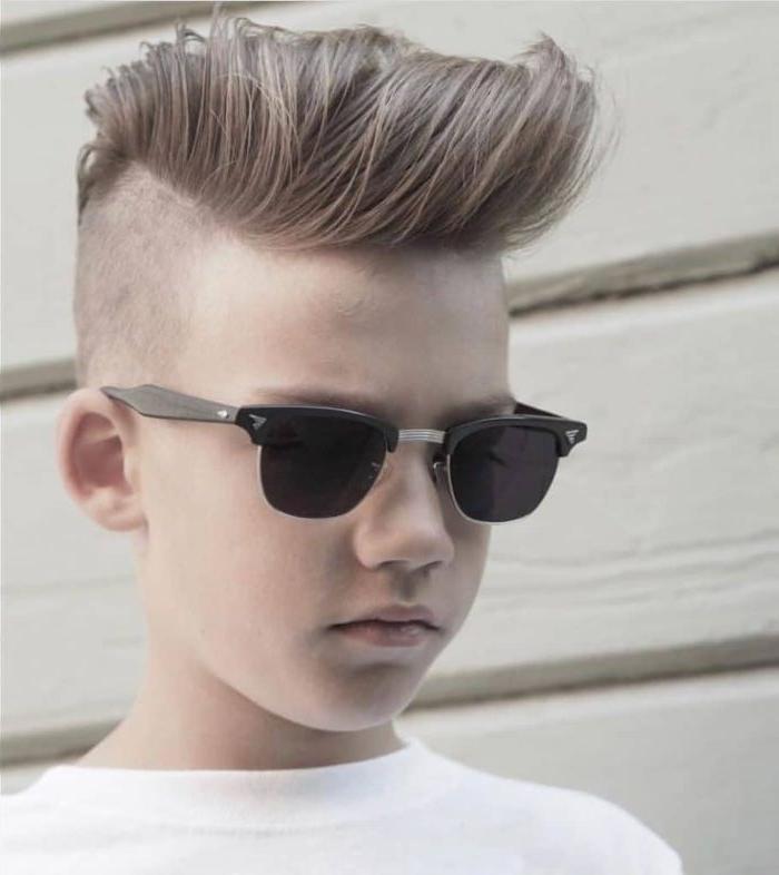 jungs frisuren, modernes haarschnitt, brille ray ban model, haare kurz unten lang oben