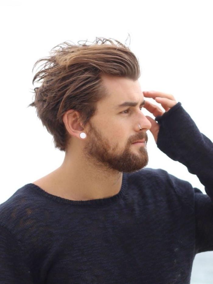 jungen haarschnitt haarstyle haare nach hinten stylen, ein mann mit flesh am ohr