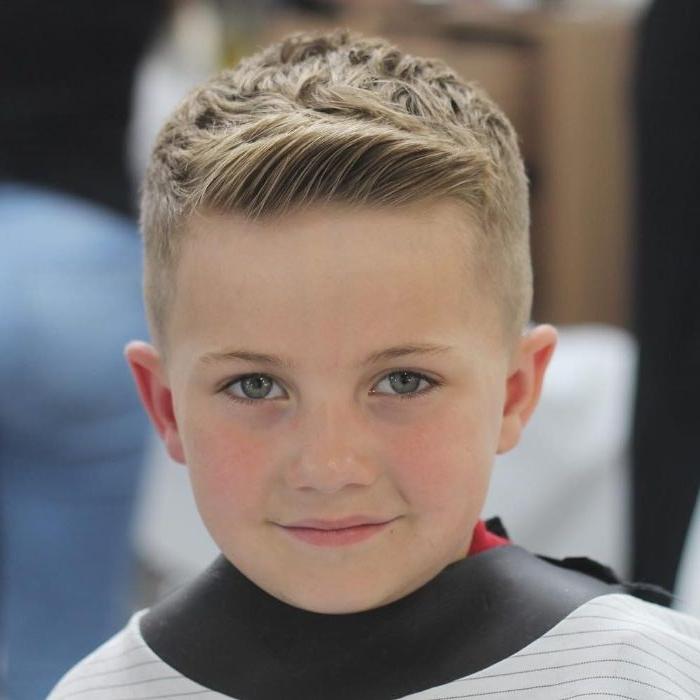 frisuren jungs, ideen für moderne haargestaltung eines jungen, dunkelblondes haar, foto beim frisör
