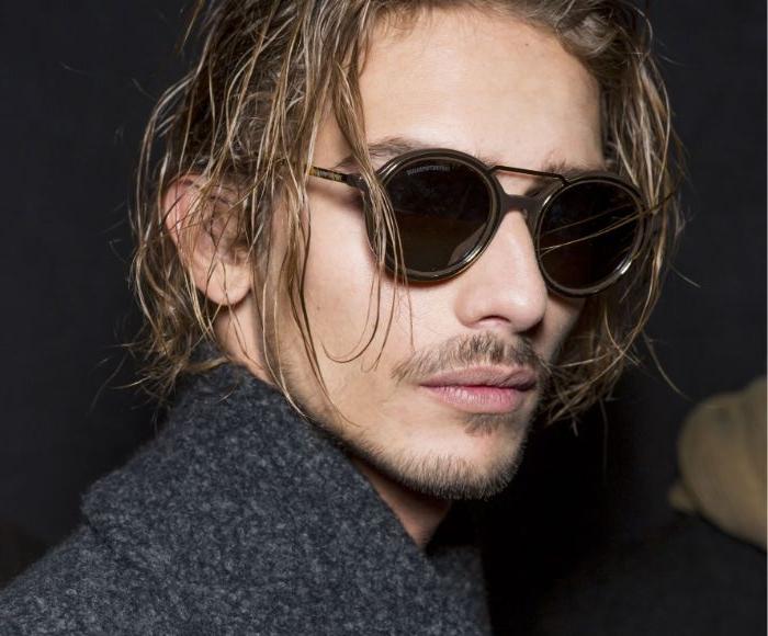 mittellange frisuren für mann, party animal hairstyle ideen lässig leicht nass, runde sonnenbrille im klub tragen