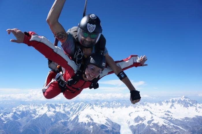 geburtstagsgeschenk für freund, was schenke ich meineem freund, gutschein für skydiving, mann und frau, gebirge