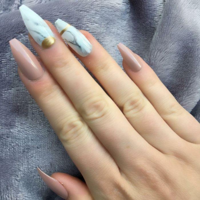 ballerina nails, marmor motiv, beige nägel, zeigefinger und kleiner finger