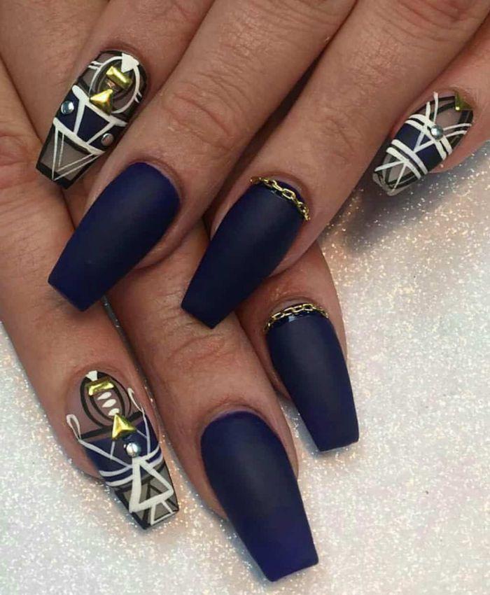 ballerina nails, lange blaue maniküre, weiß schwarz golden dekorationen an den nägeln