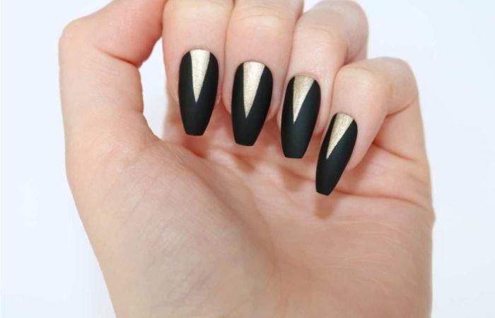 ballerina nails, schwarze mattfarbe, verschönert mit weißen dreieckförmigen motiven