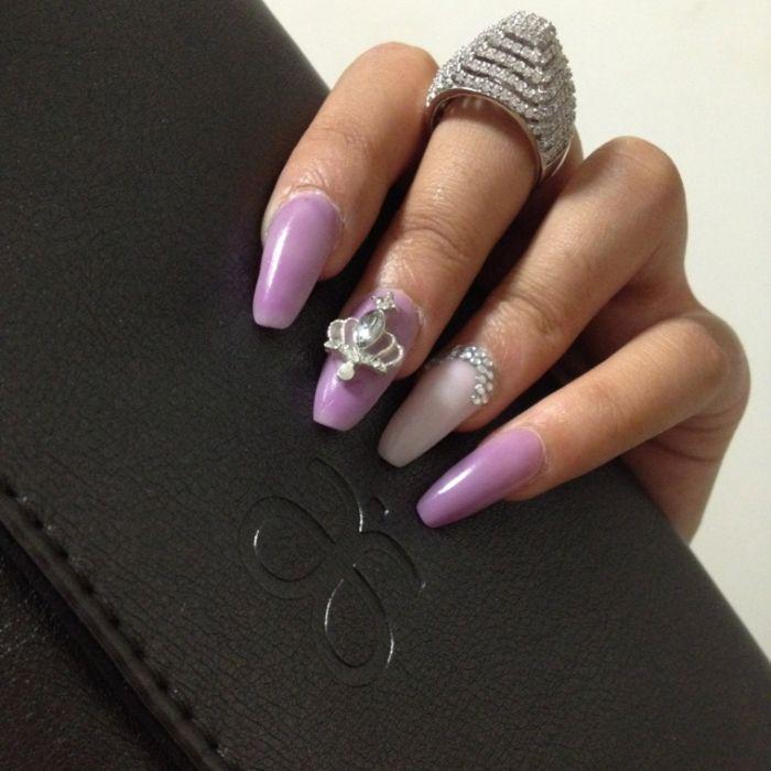 gelnägel formen, großer ring am finger, lila nägel nageldesign ideen, transparent und lila farben, krone 3d element deko