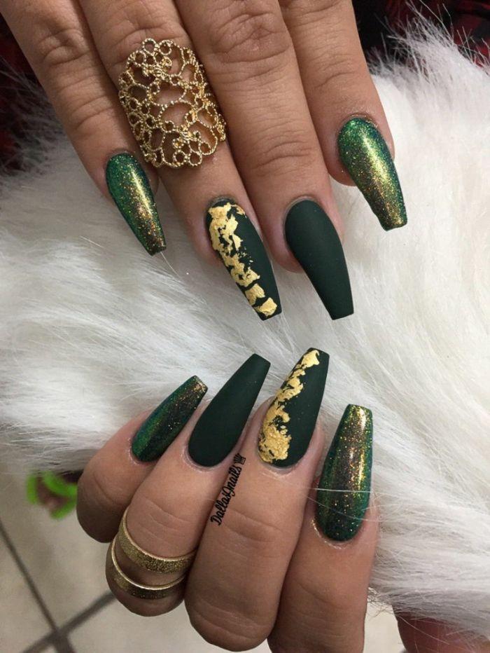 fingernägel formen, grüne maniküre, dunkelgrün mattfarbe, glitter deko ideen und ring am finger
