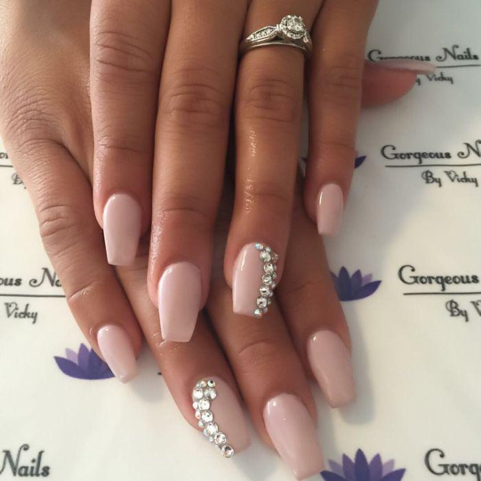 fingernägel formen, rosarote nagelfarbe, gelnägel mittellang mit rosa farbe und perlen deko, braut maniküre