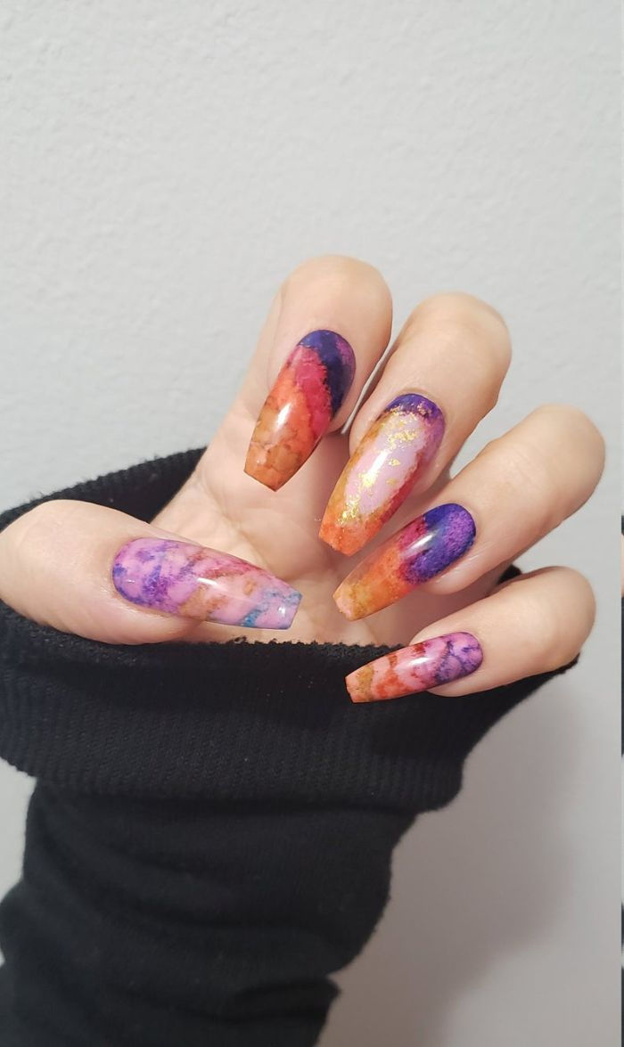 fingernägel formen, kosmos motiv farben auf den nägeln, buntes nageldesign