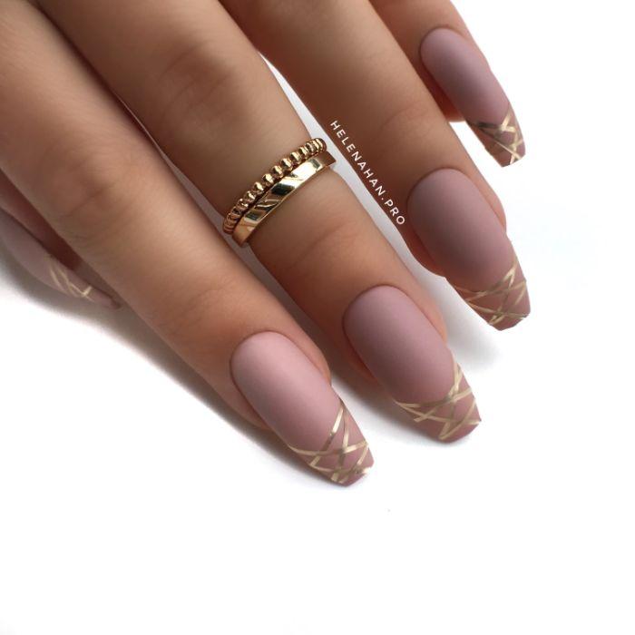 fingernägel formen, lange ballerina gestaltung mit rosa beiger farbe und goldene linienförmigen dekorationen