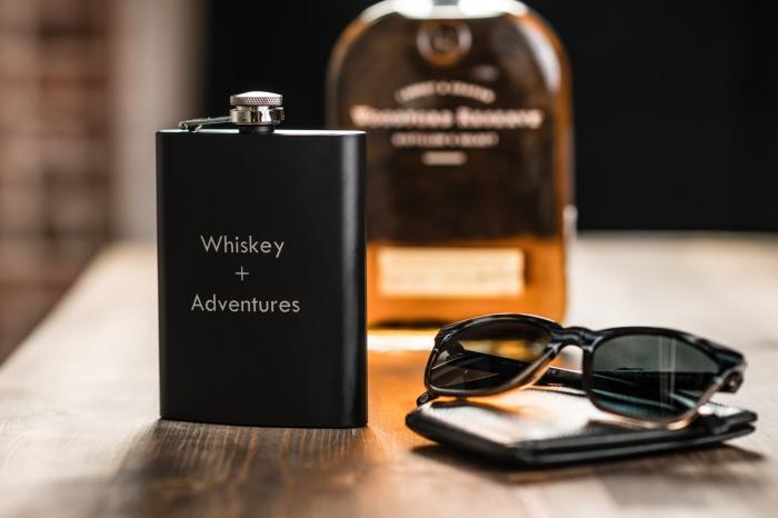 geschenk für freund, schwarze alkoholflasche mit schriftzug, sonnenbrille, geldbeutel aus leder