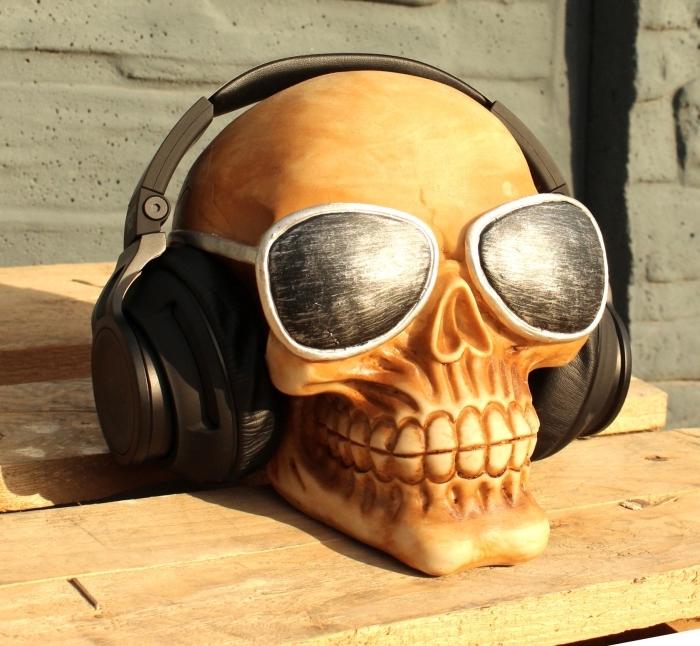 geschenk für freund, realitischer totenkopf aus holz, schwarze kopfhörer mit silbernen elementen, sonnenbrille