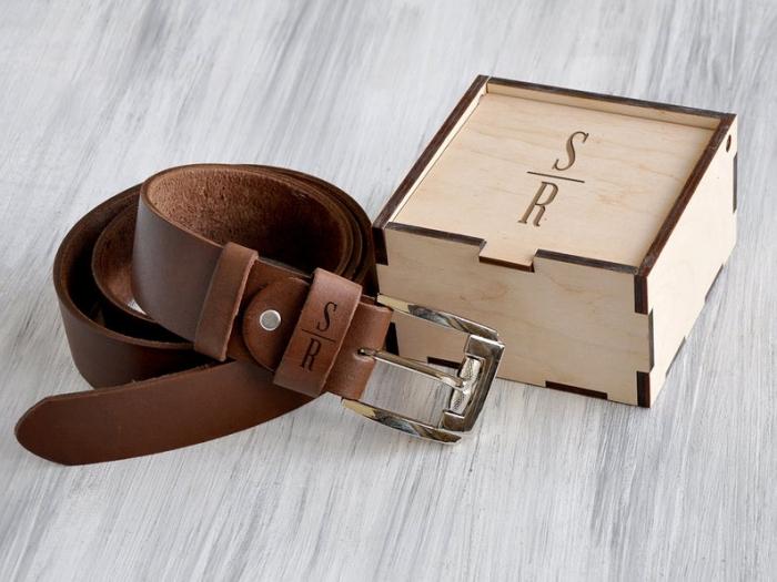 geschenke für männer, brauner ledergürtel mit initialen, box aus holz, gürtel aus leder