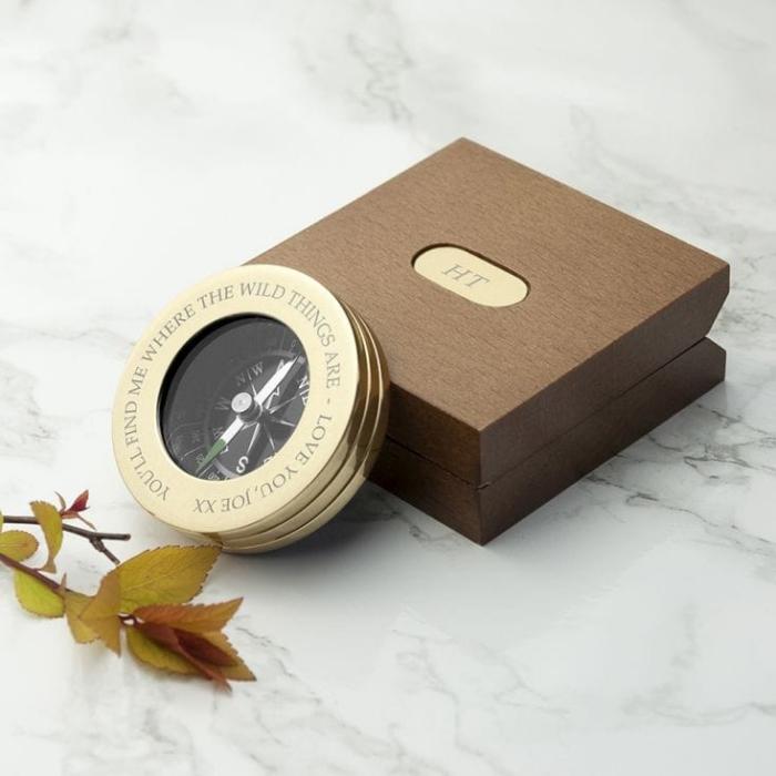 geschenke für männer, eleganter goldener kompass mit gravur, braune box mit initialen
