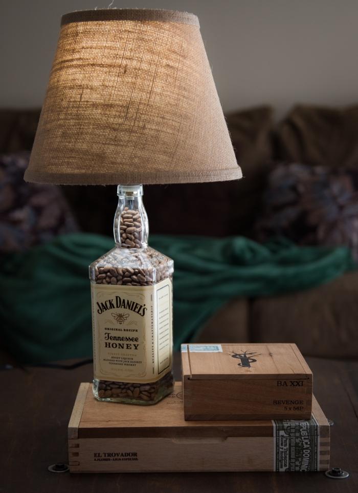 geschenke für männer zum geburtstag, selsbtgemachtes geschenk, lampe aus wiskyflasche, lack daniels tischlampe
