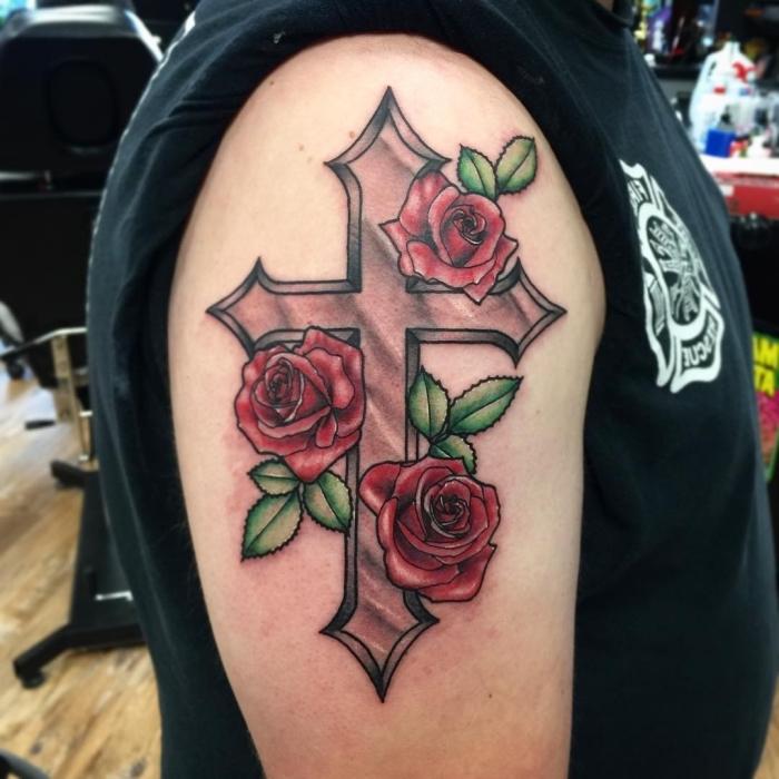 großes eisernes kreuz tattoo, rote rosen, blumen tattoo am oberarm, mann mit großer tätowierung, t shirt