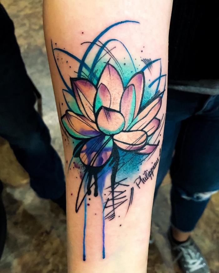 großes farbiges lotus tattoo am unterarm, tätowierung mit blumen motiv, tattoos mit bedeutung