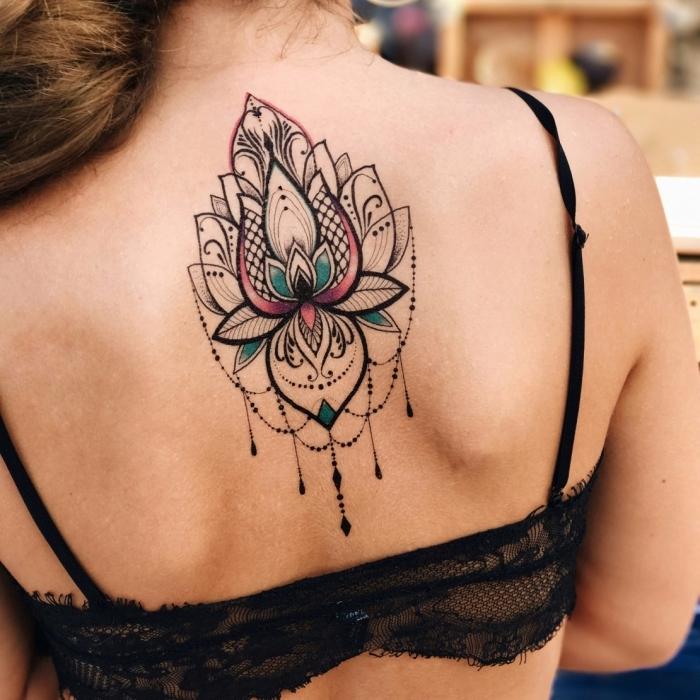 lotusblume tattoo am rücken, große tätowierung in schwarz, rosa und blau, mandala lotus