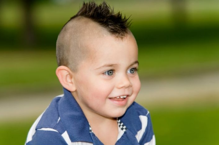 frisuren jungs, ideen für lustige und moderne haarstyles für jungen, ein kleines kind